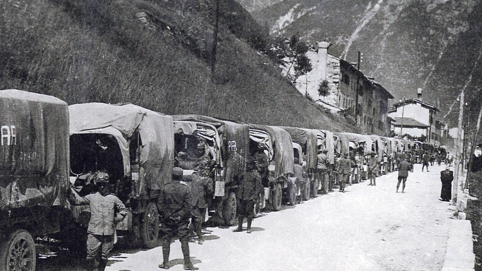 """Colonna di autocarri durante la prima guerra mondiale  [fonte: """"Roads in Italy from Unification to the present (1861-1987)"""", 1987]"""