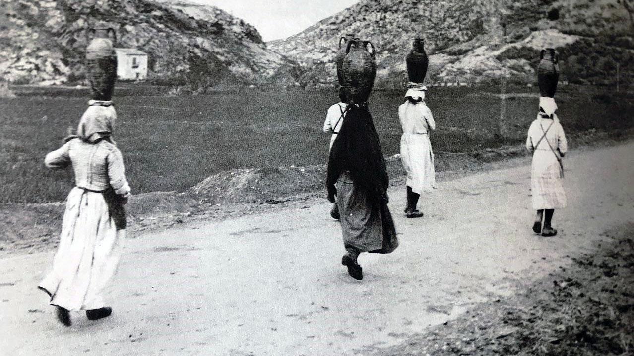 """Donne che trasportano brocche d'acqua in Sicilia, 1890 [fonte: """"Roads in Italy from Unification to the present (1861-1987)"""", 1987]"""