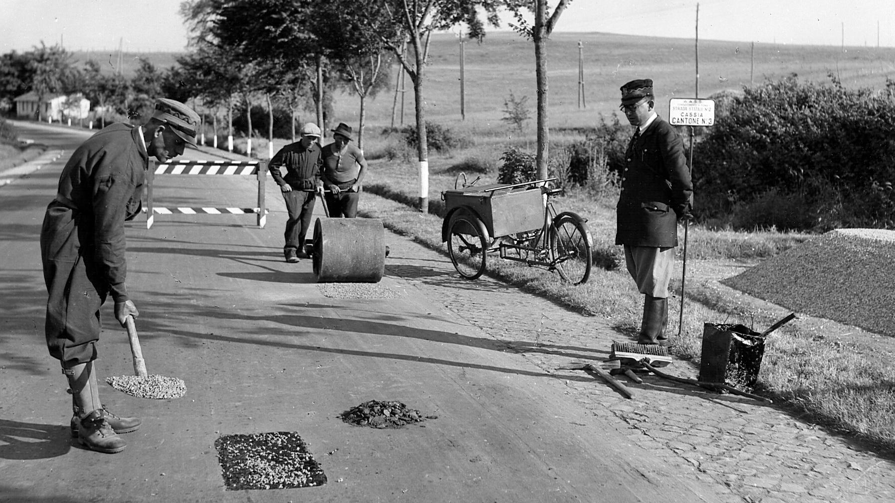 Cantonieri della AASS al lavoro sulla Via Cassia (Archivio storico Anas)