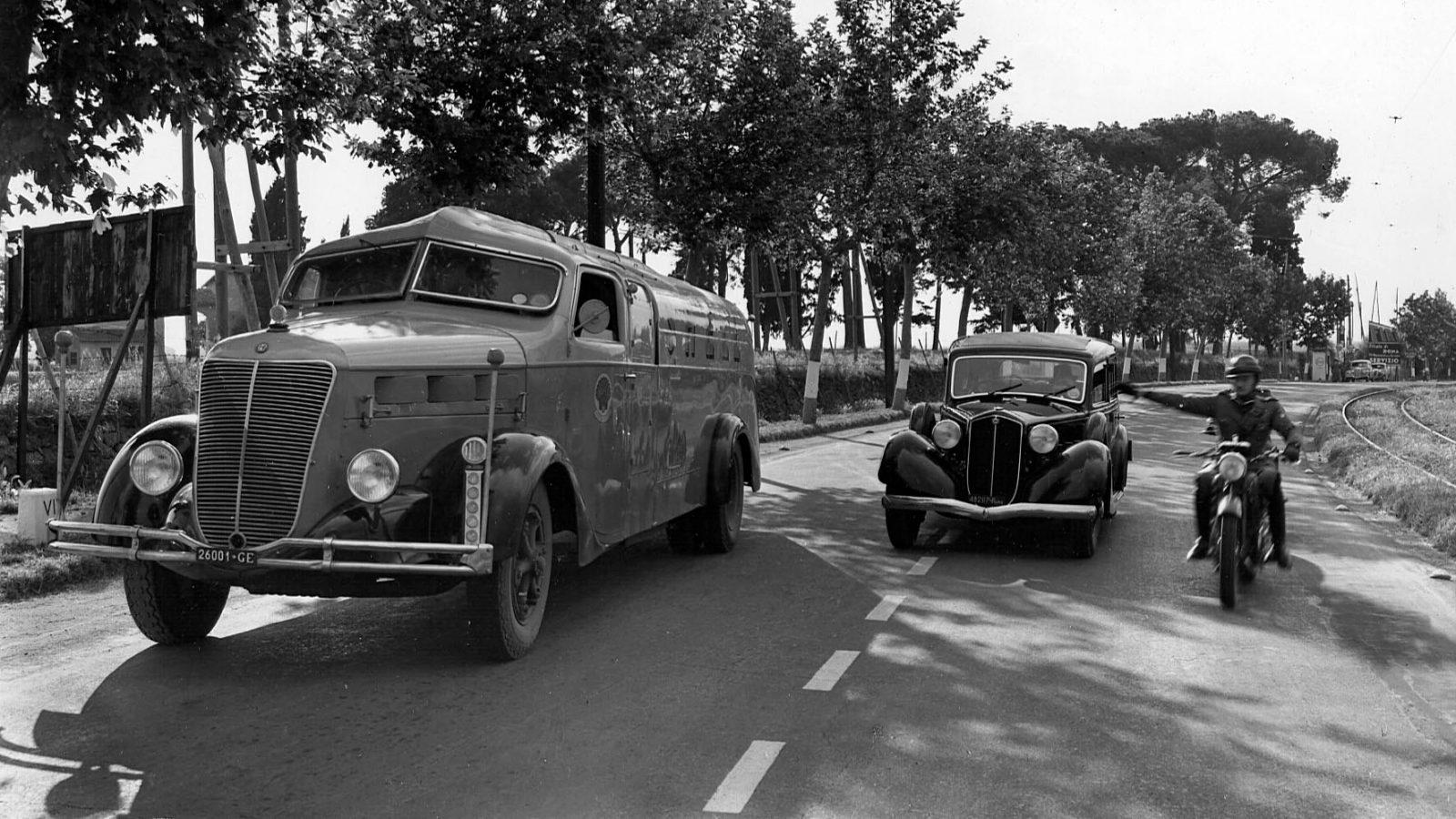 """La Milizia della strada lungo la SS7 """"Via Appia"""" (Archivio storico Anas)"""