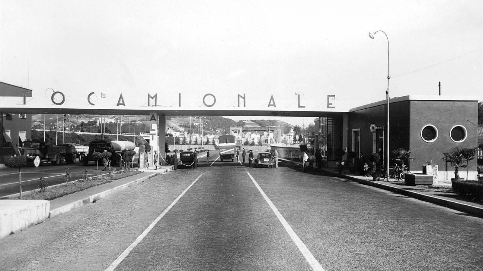 Autocamionale Genova-Serravalle, ingresso fabbricato della stazione di Genova (Archivio storico Anas)