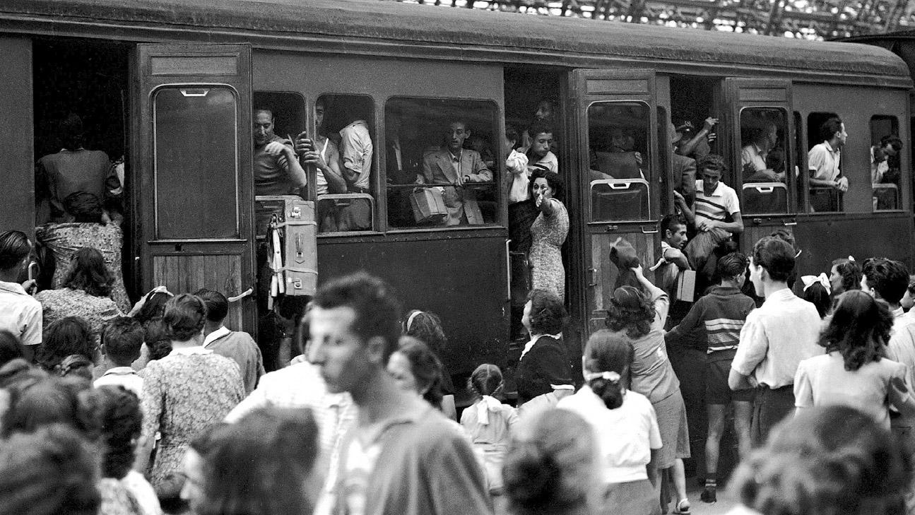 Treno in partenza nella stazione di Milano nel dopoguerra (Fonte: Ansa, La strada racconta, 2018)