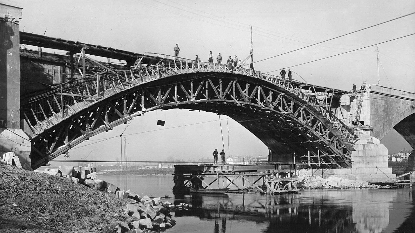 """Strada statale 35 """"dei Giovi"""", ricostruzione dell'arcata del ponte sul Ticino distrutta dai bombardamenti (Archivio storico Anas)"""