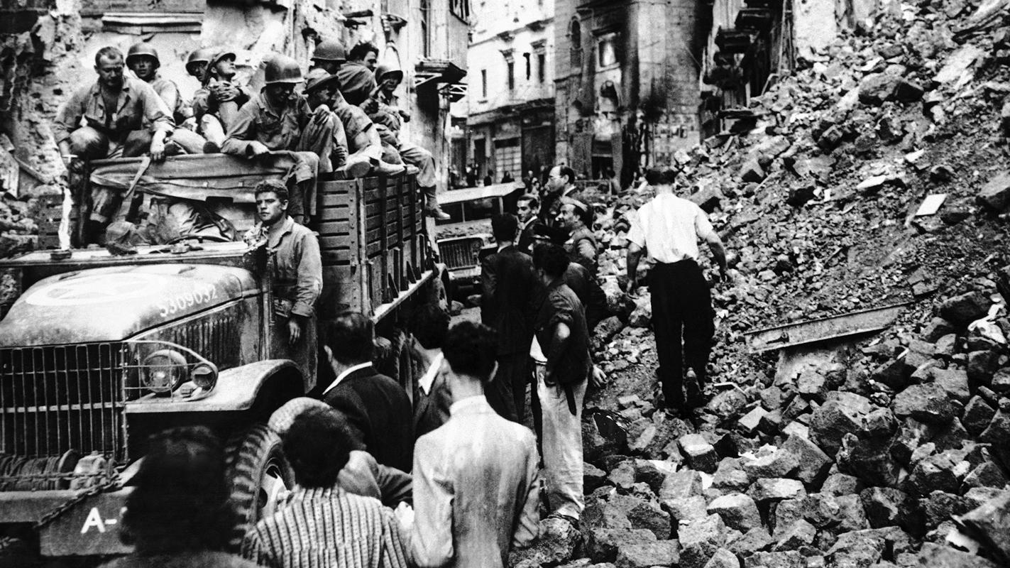 """Napoli dopo i bombardamenti della seconda guerra mondiale, 1943 (fonte: Ansa, """"La strada racconta"""", 2018)"""