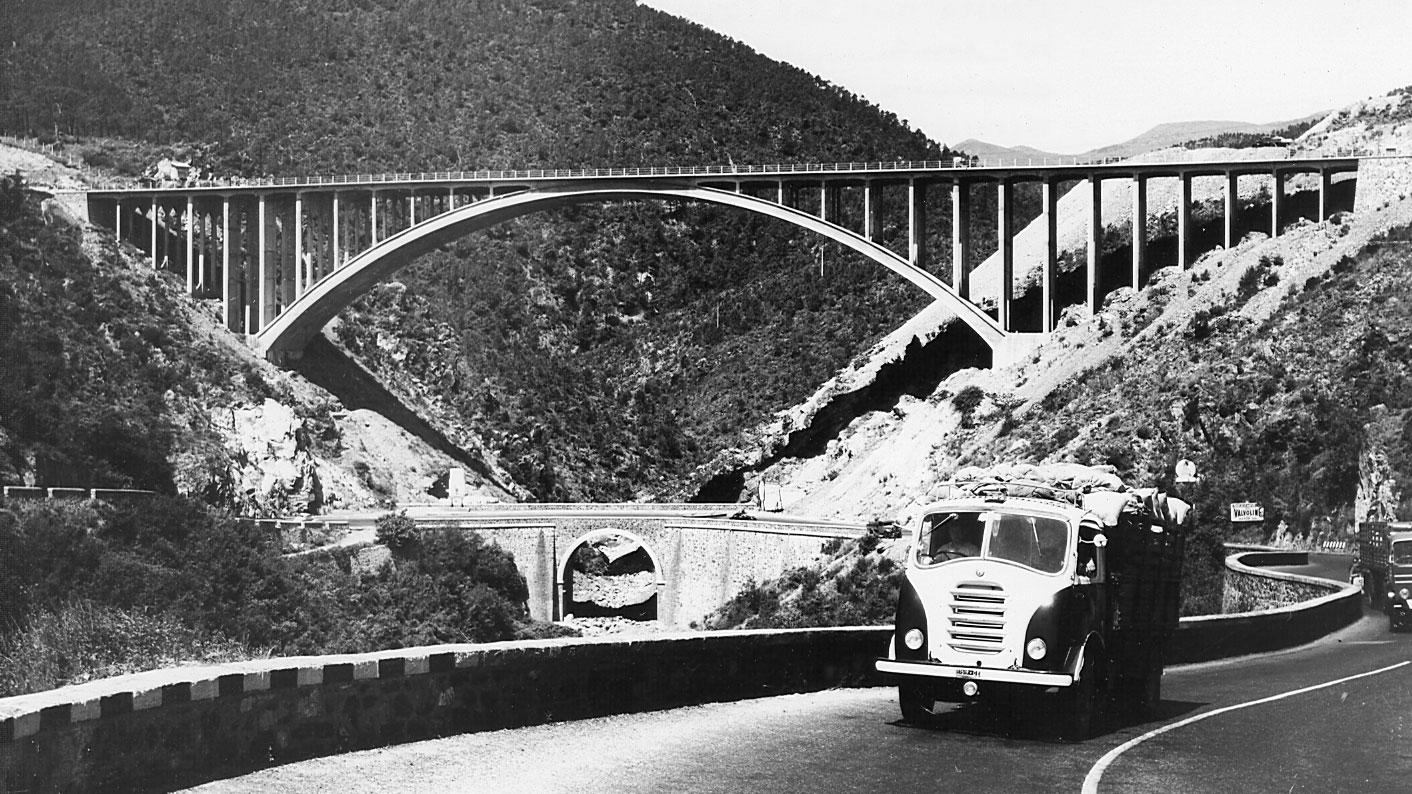 Liguria, vista del viadotto sull'autostrada A10 Genova-Savona nel comune di Varazze, 1955 (Archivio storico Anas)
