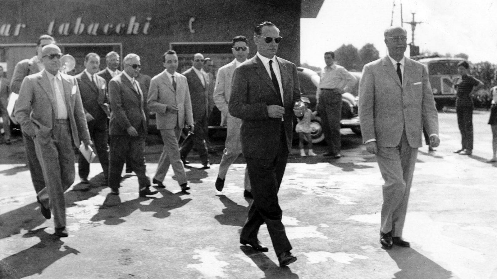 Enrico Mattei in visita alla stazione di servizio Agip di Bari (fonte: enistoria.eni.com)
