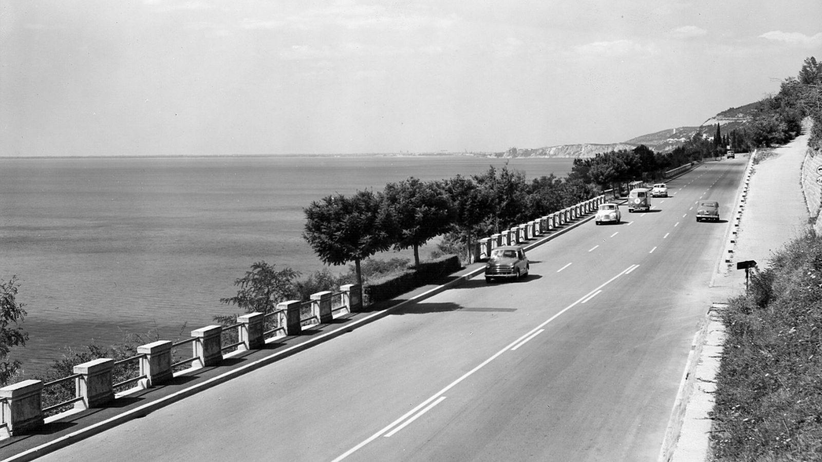"""Strada statale 14 """"della Venezia Giulia"""", nello sfondo la città di Monfalcone, 1959 (Archivio storico Anas)"""