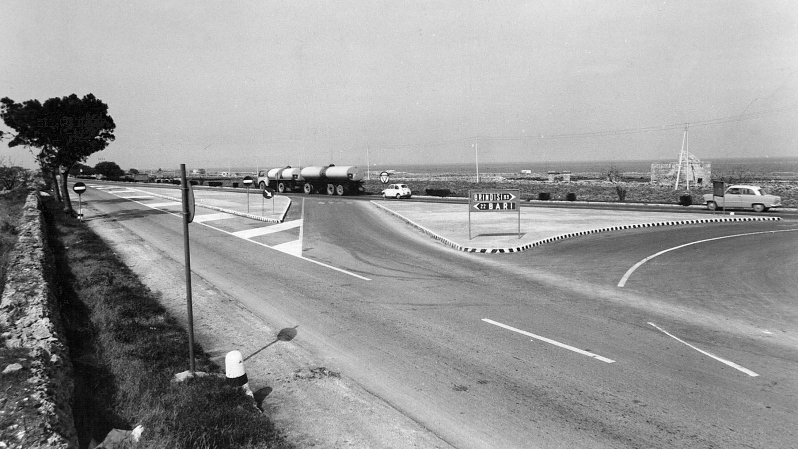 """Puglia, strada statale 16 """"Adriatica, incrocio presso Mola di Bari, 1962 (Archivio storico Anas)"""