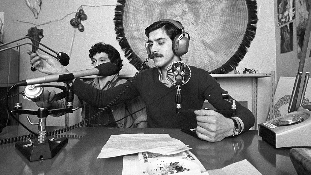 28 luglio 1975 , la Corte Costituzionale sancisce la legittimità delle trasmissioni radiofoniche private, purché a diffusione locale. In breve fioriscono centinaia di nuove emittenti, prima delle quali è Radio Milano International (fonte: Ansa, La strada racconta, 2018)