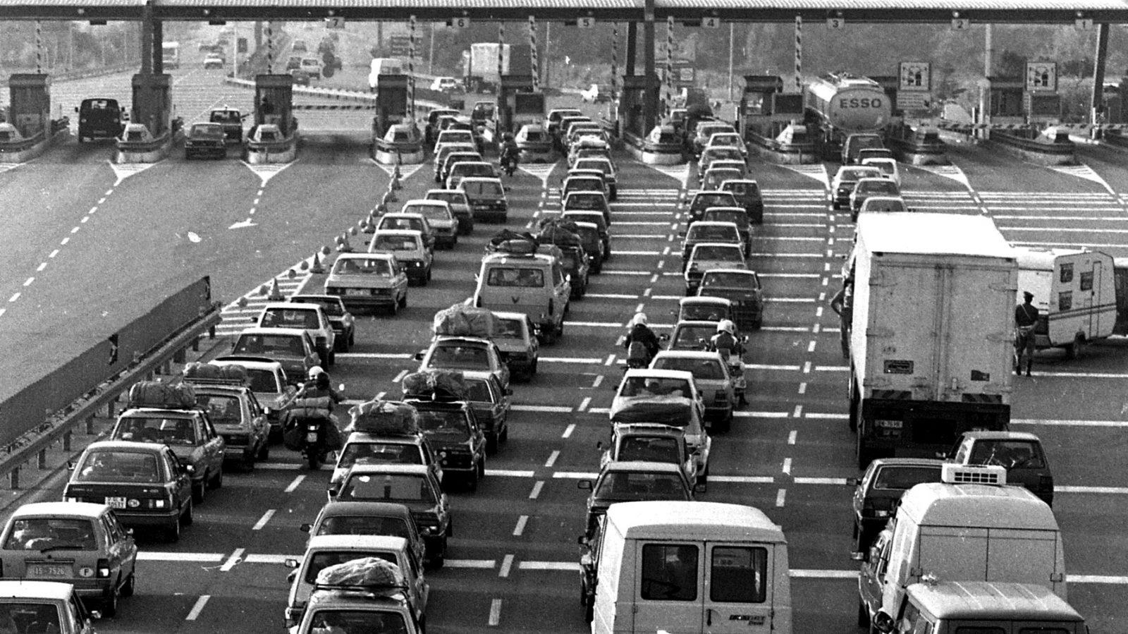 Code in corrispondenza di una barriera autostradale negli anni '80 (fonte: Ansa, La strada racconta, 2018)