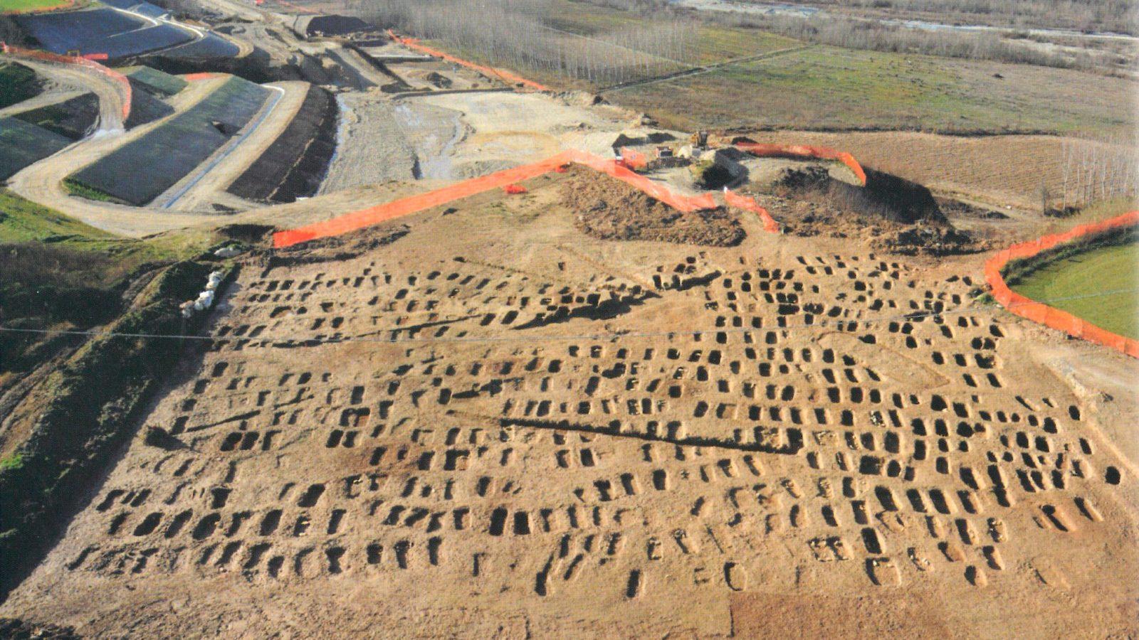 Panoramica della necropoli di Sant'Albano Stura, indagini 2009 (Anas, L'archeologia si fa strada. Scavi, scoperte e tesori lungo le vie d'Italia, 2017)