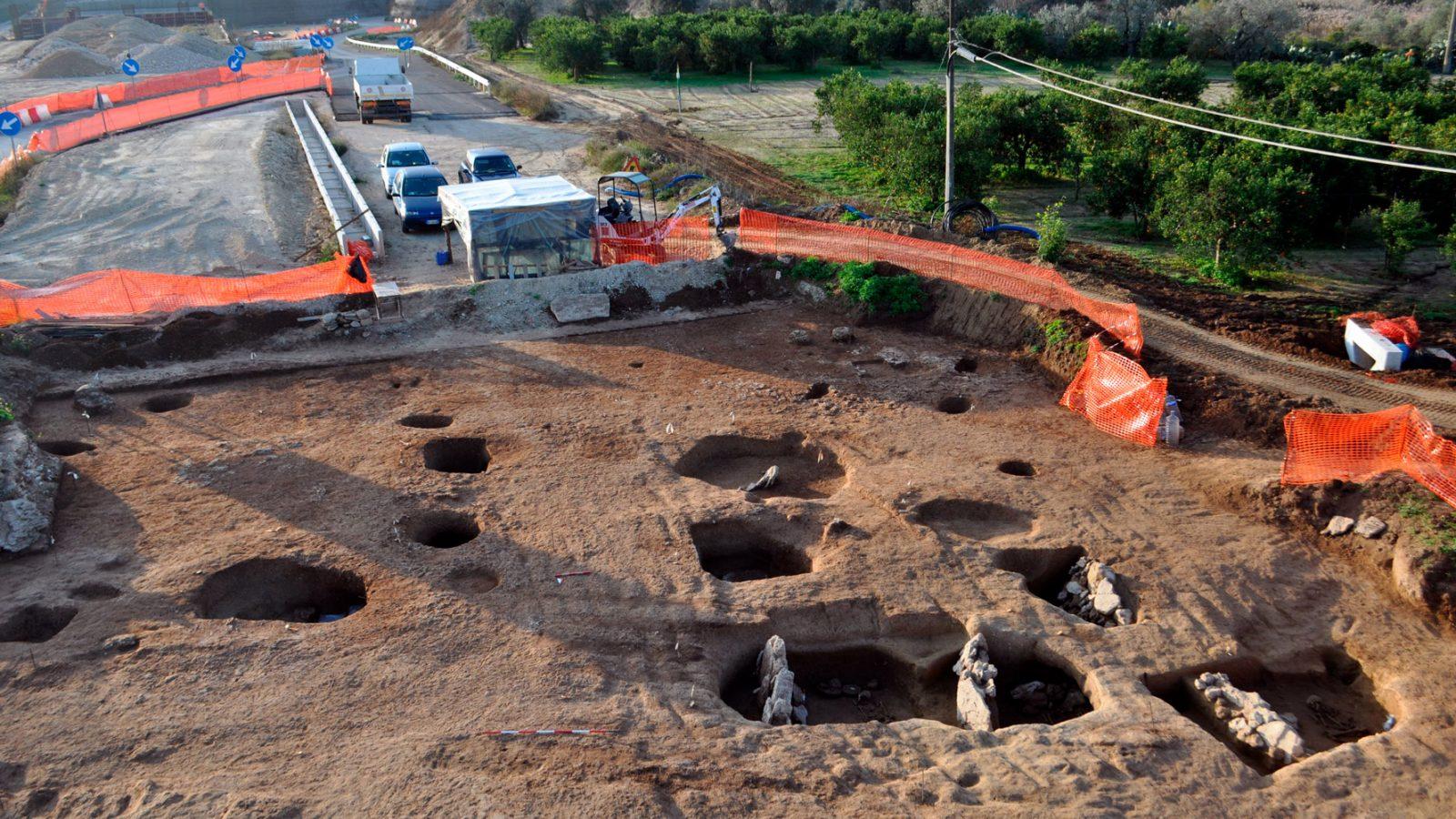 Panoramica dell'area della necropoli di Galliano (Palagiano, Taranto) - (fonte: Anas, L'archeologia si fa strada. Scavi, scoperte e tesori lungo le vie d'Italia, 2017)