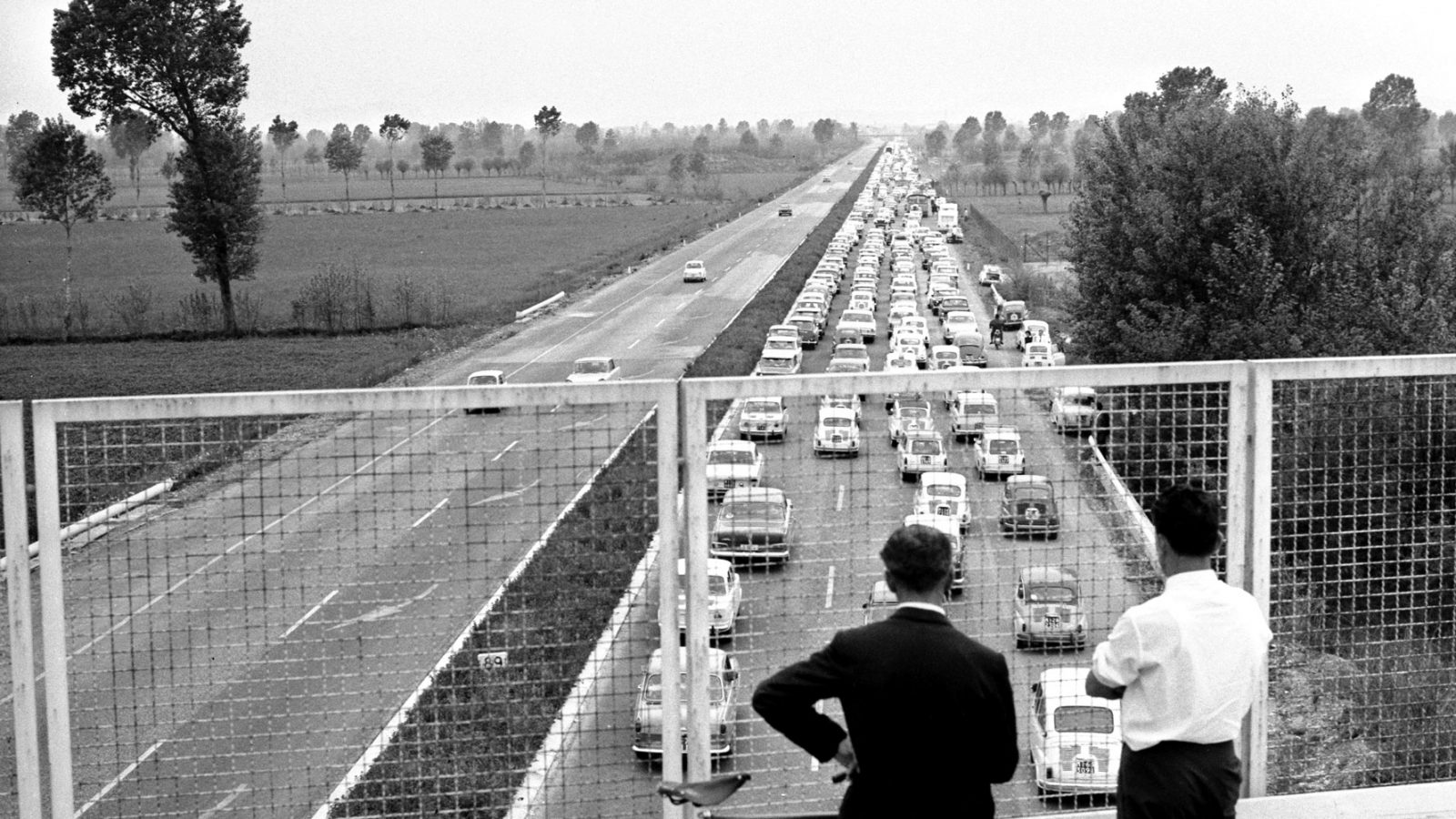 Italiani in coda sull'Autostrada Brescia-Milano nel 1964 (fonte: Ansa, La strada racconta, 2018)