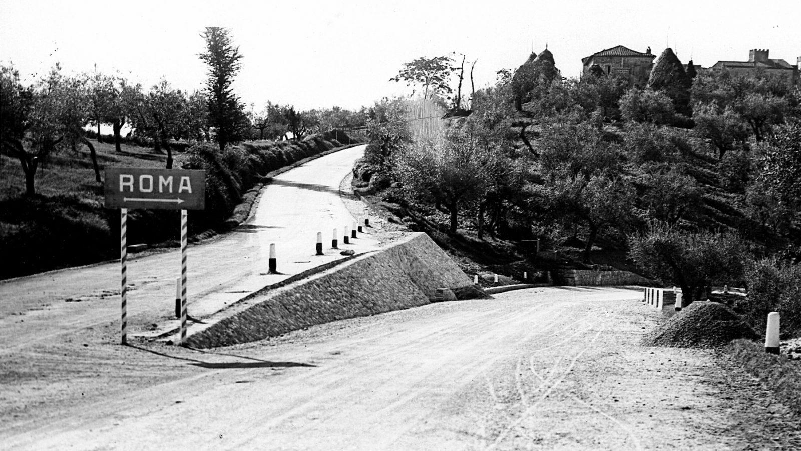 """Strada statale 3 """"Via Flaminia"""", variante presso il confine regionale tra Lazio e Umbria, indicazione stradale per Roma (Archivio storico Anas)"""