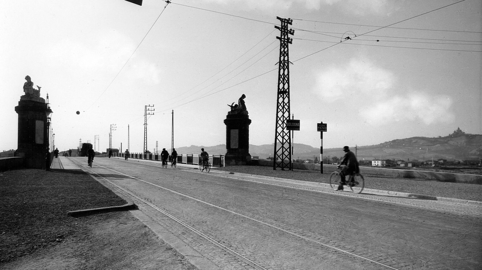 """Strada statale 9 """"Via Emilia"""" ciclisti attraversano il ponte sul fiume Reno a Bologna, 1933 (Archivio storico Anas)"""