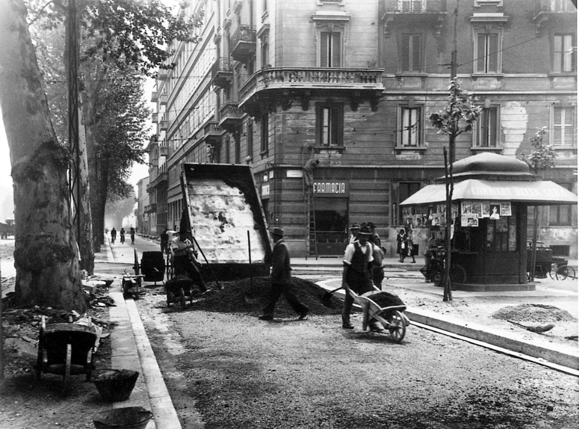 Manutenzione stradale in città a inizio '900 (fonte: Archivio leStrade - Casa Editrice La Fiaccola)