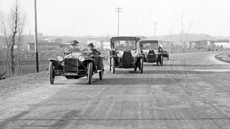 """Il 21 settembre 1924 Re Vittorio Emanuele III e l'ingegner Piero Puricelli percorrono per la prima volta l'autostrada Milano-Laghi (fonte: Ansa, """"La strada racconta"""", 2018)"""