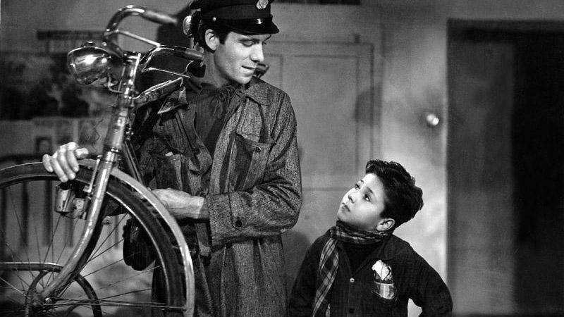 """Una scena del film """"Ladri di biciclette"""" di Vittorio De Sica (1948)"""