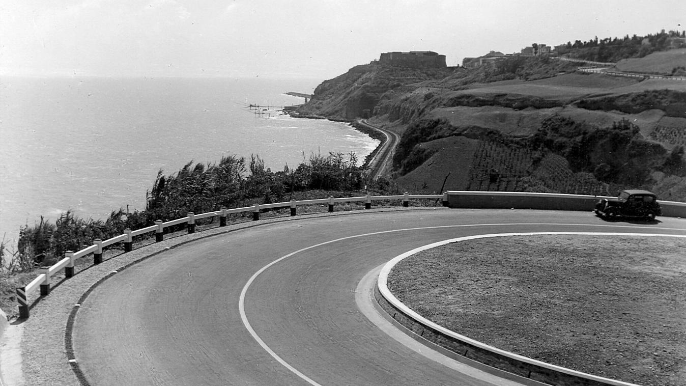 """Strada statale 16 """"Adriatica"""" nei pressi di Ortona negli anni '30 (Archivio storico Anas)"""