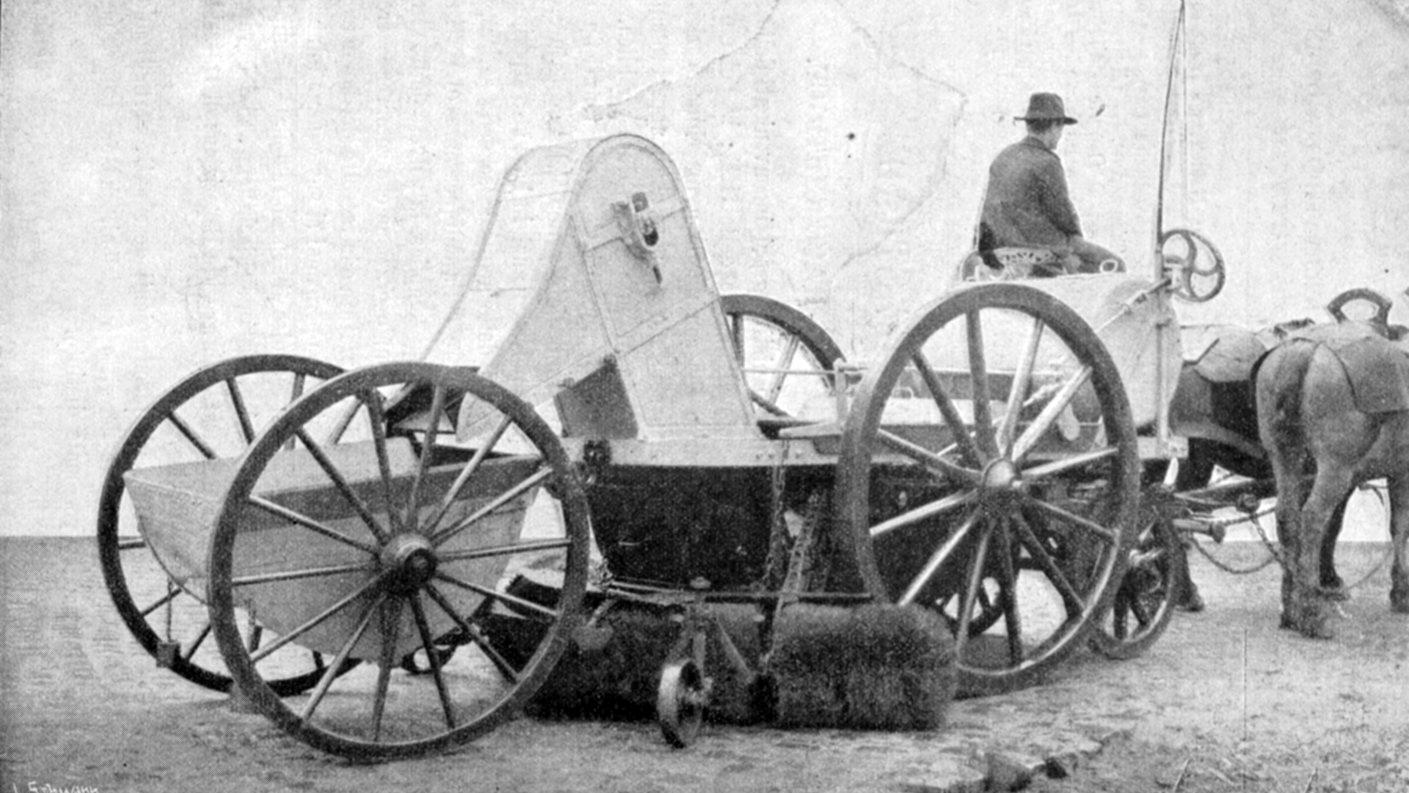"""La prima attrezzatura """"polifunzionale"""": scopatrice-innafiatrice-raccoglitrice tedesca, 1903 (fonte: Archivio leStrade - Casa Editrice La Fiaccola)"""