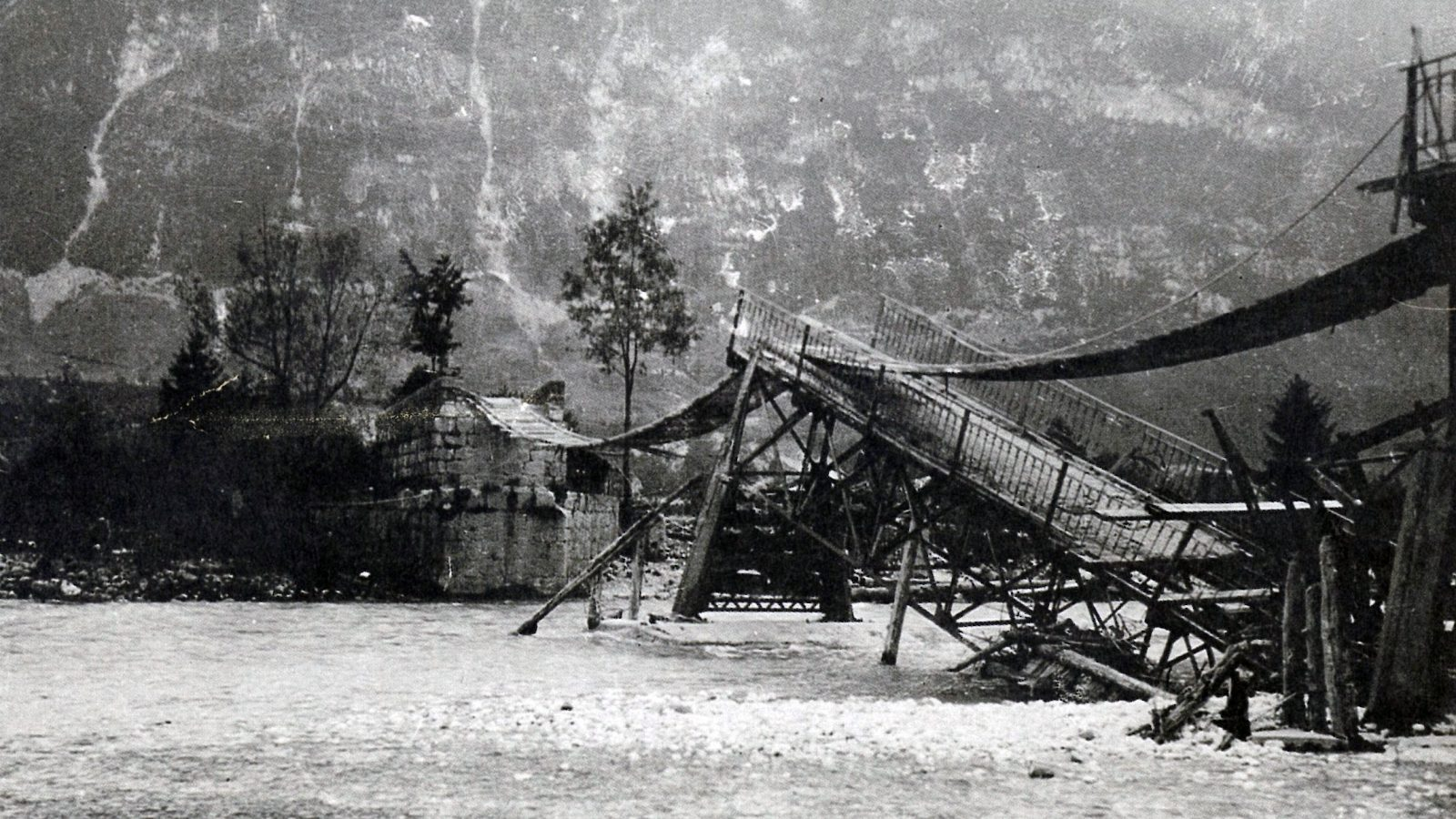 """Ponte distrutto durante la prima guerra mondiale  [fonte: """"Roads in Italy from Unification to the present (1861-1987)"""", 1987]"""