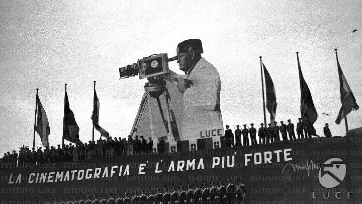 Inaugurazione della seconda sede dell'Istituto Luce, 1937. Il gigantesco apparato scenografico raffigurante Mussolini dietro a una macchina da presa