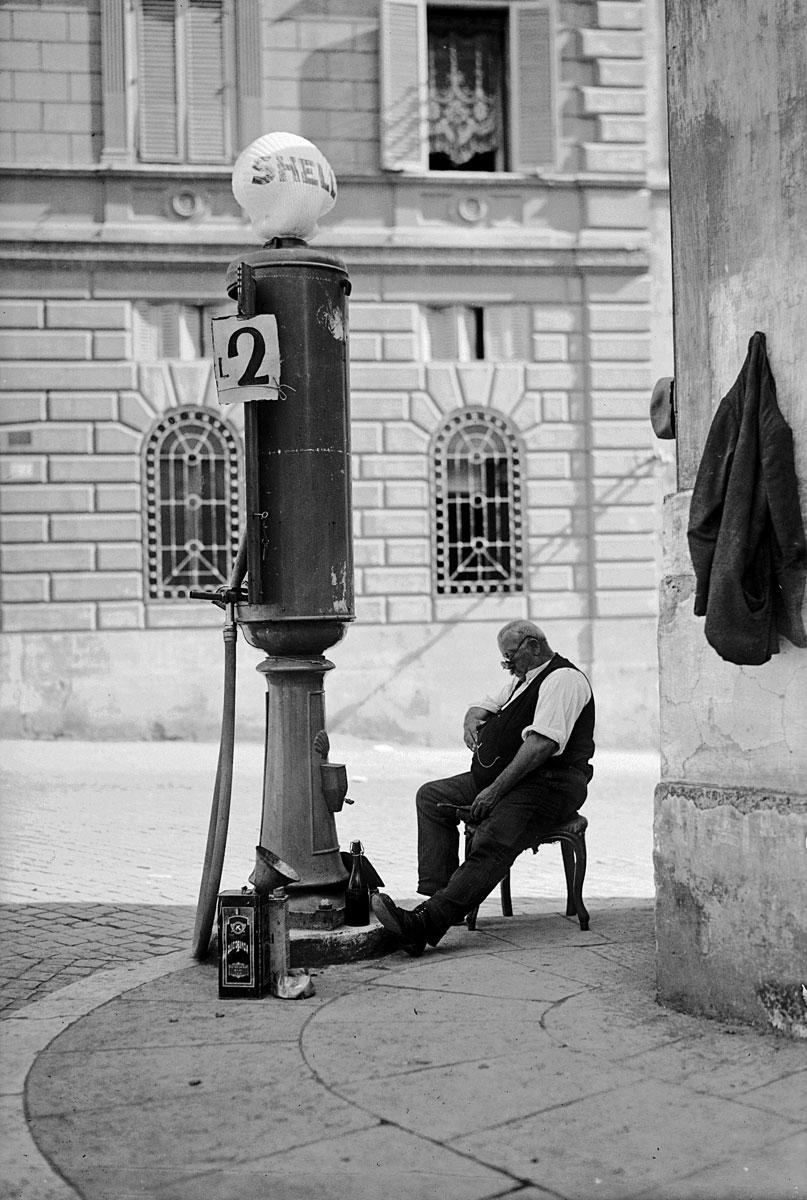 Una delle prime pompe per i rifornimenti di benzina in città negli anni '30 (fonte: Ansa, La strada racconta, 2018)