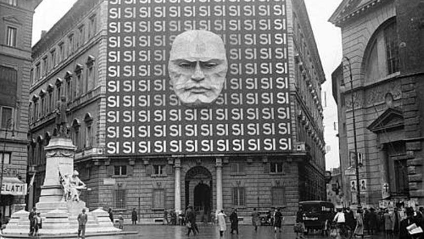 Facciata di Palazzo Braschi, sede della federazione fascista di Roma, durante la campagna per le elezioni politiche del 1934