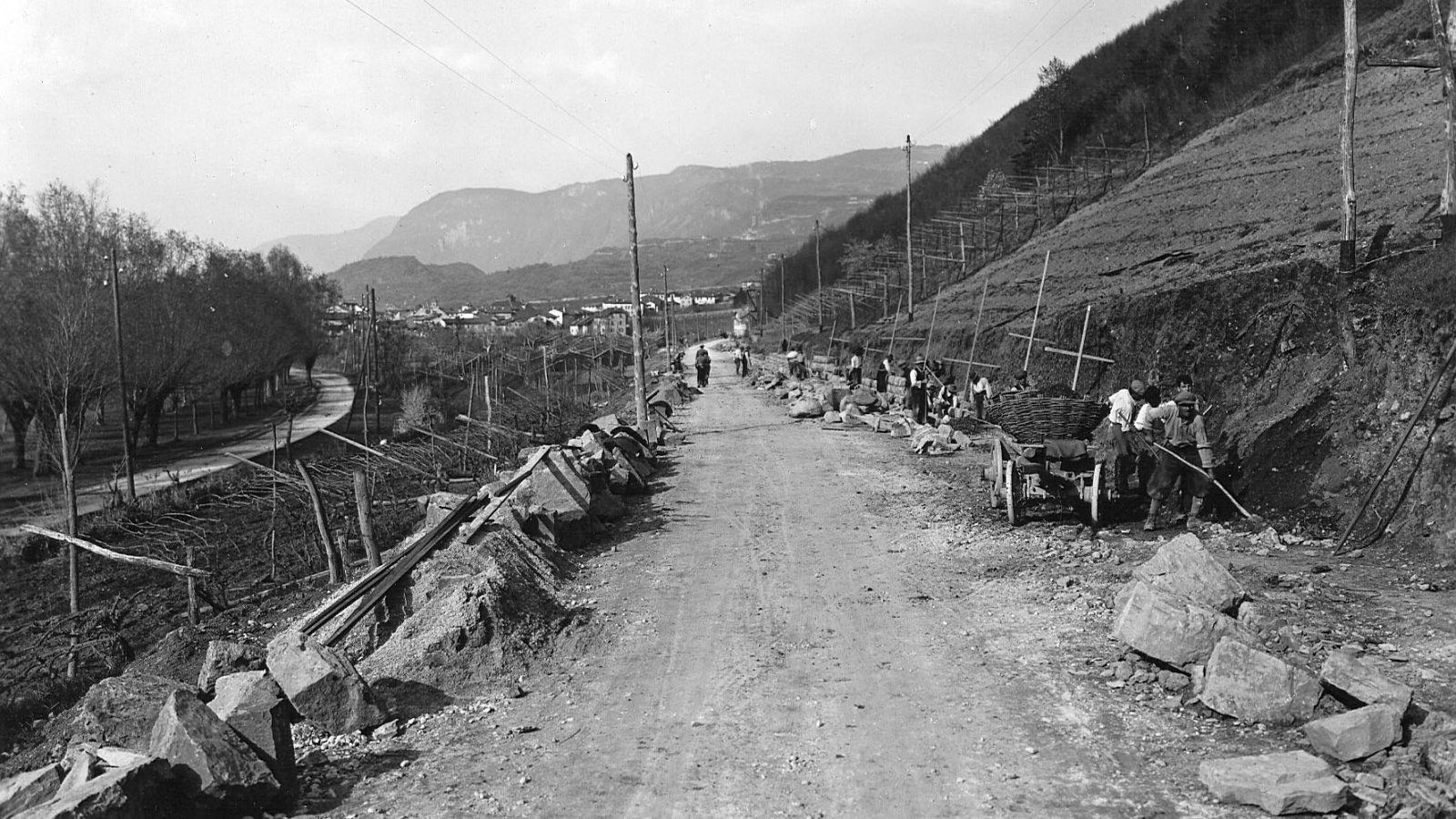 """Strada statale 12 """"dell'Abetone e del Brennero"""", allargamento della sede stradale all'uscita di Egna (BZ), 1930 (Archivio storico Anas)"""