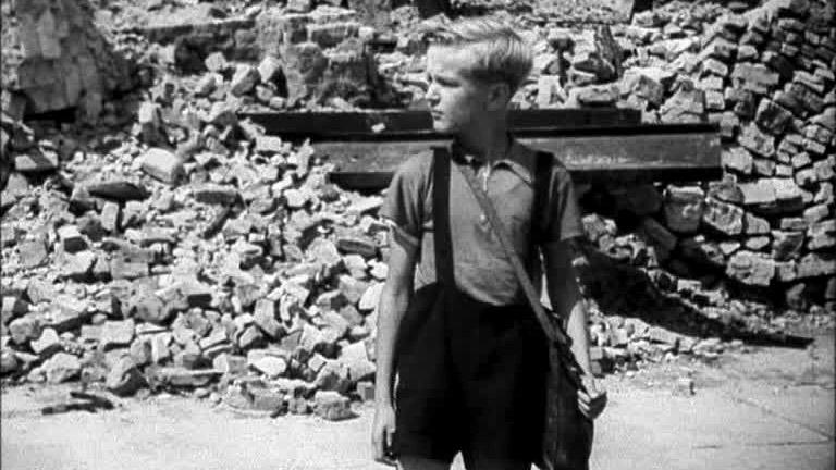 """Una scena del film """"Germania anno zero"""" di Roberto Rossellini (1948)"""