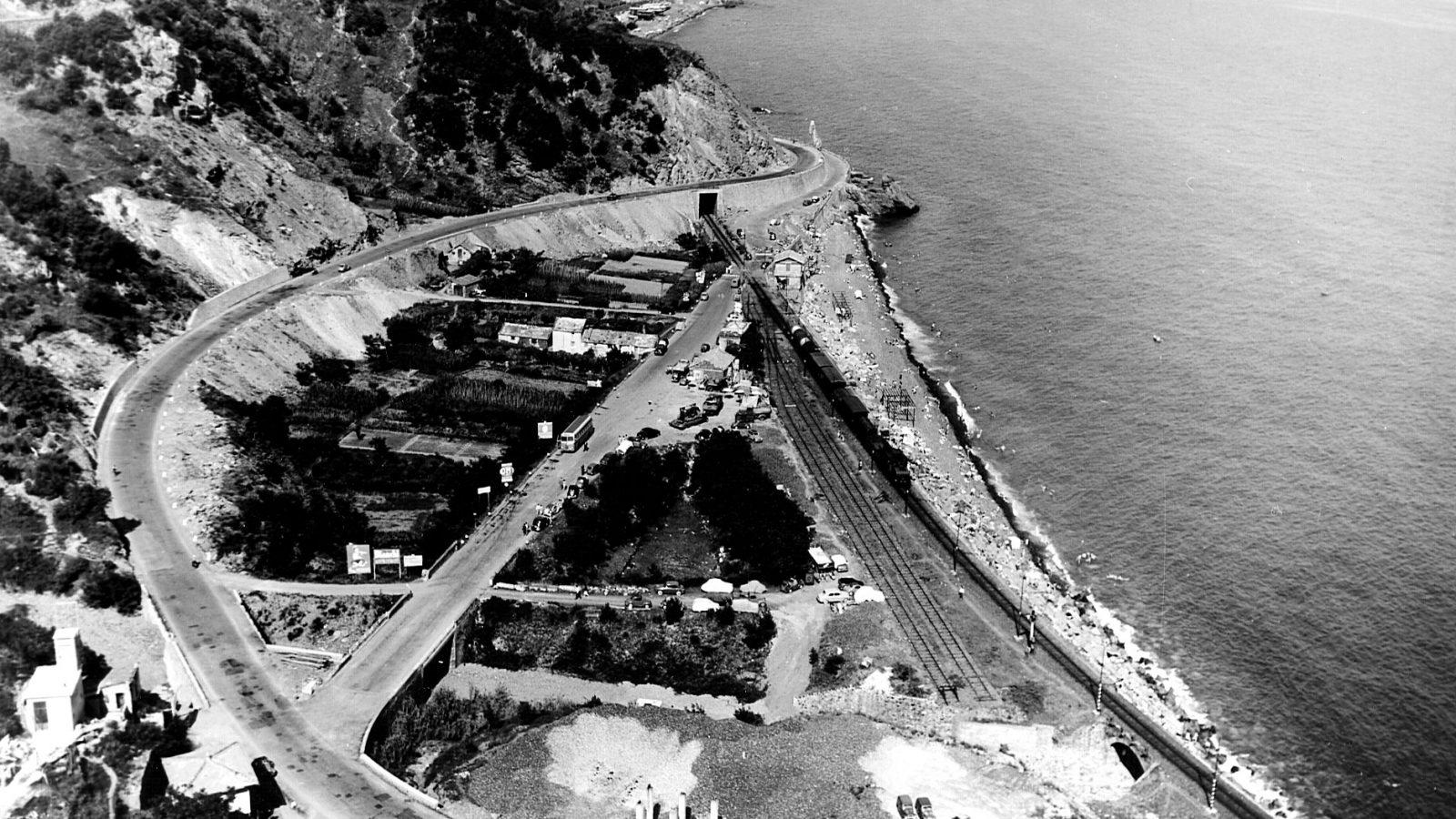 """Liguria, strada statale 1 """"Via Aurelia"""", variante per l'eliminazione del passaggio a livello ad Arenzano, 1955 (Archivio storico Anas)"""