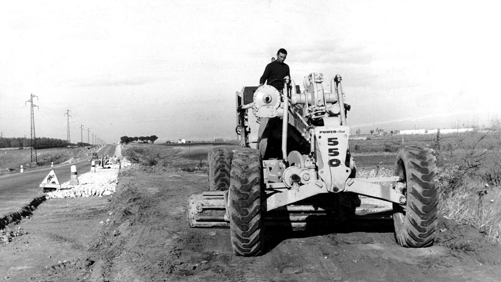 """Puglia, strada statale 16 """"Adriatica, allargamento della sede stradale in provincia di Bari, 1962 (Archivio storico Anas)"""
