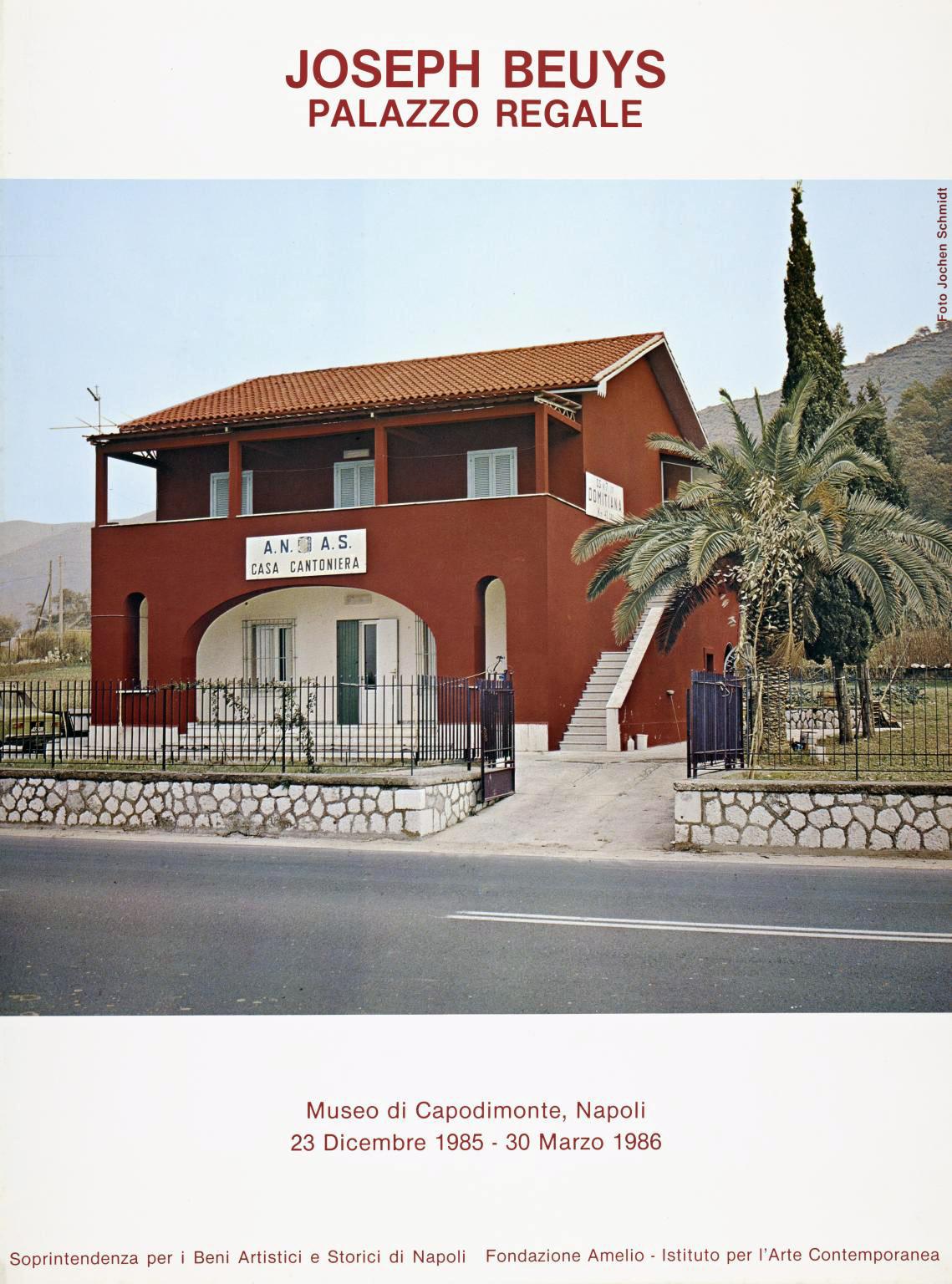 """Locandina della mostra """"Palazzo Regale"""", progetto artistico di Josef Boeuys per il Museo di Capodimonte (Napoli, 23 dicembre 1985 – 30 marzo 1986). Fonte: raum-fuer-bilder.de"""