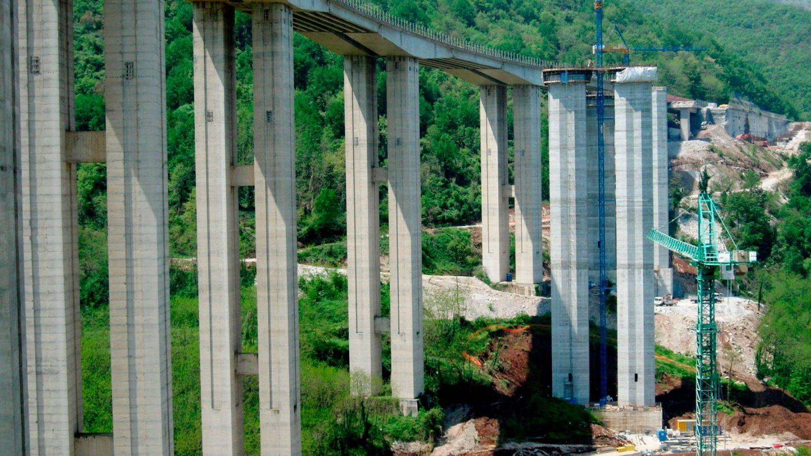 A3 Salerno – Reggio Calabria, costruzione del nuovo viadotto Lontrano (sulla destra). (Archivio storico Anas)