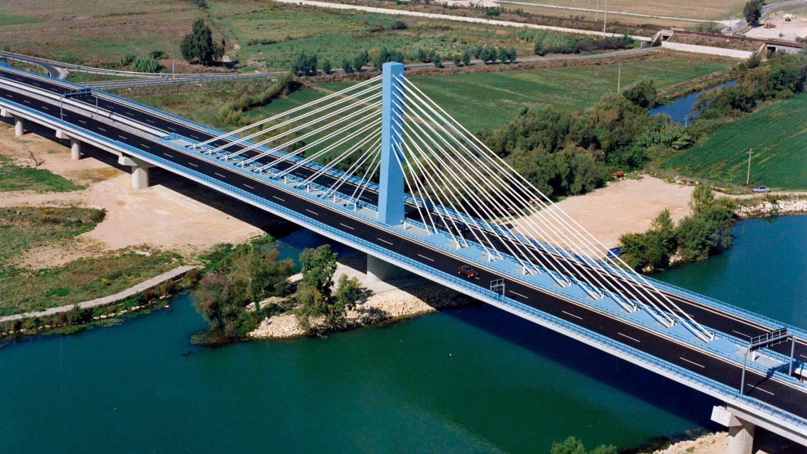 """Strada statale 7 Var.""""Variante Formia-Garigliano, ponte strallato sul fiume Garigliano, confine Lazio-Campania (Archivio storico Anas)"""