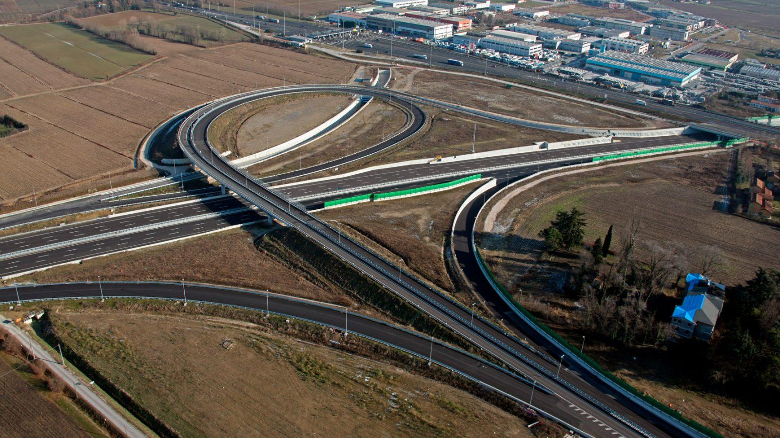 Veneto, interconnessione (in fase di ultimazione nel 2009) tra il Passante di Mestre e l'autostrada A27 (Archivio storico Anas)
