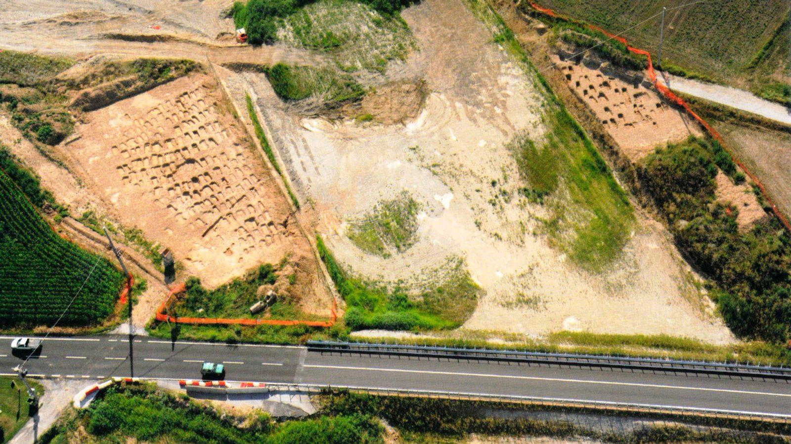 Panoramica della necropoli di Sant'Albano Stura, indagini 2011 (Anas, L'archeologia si fa strada. Scavi, scoperte e tesori lungo le vie d'Italia, 2017)