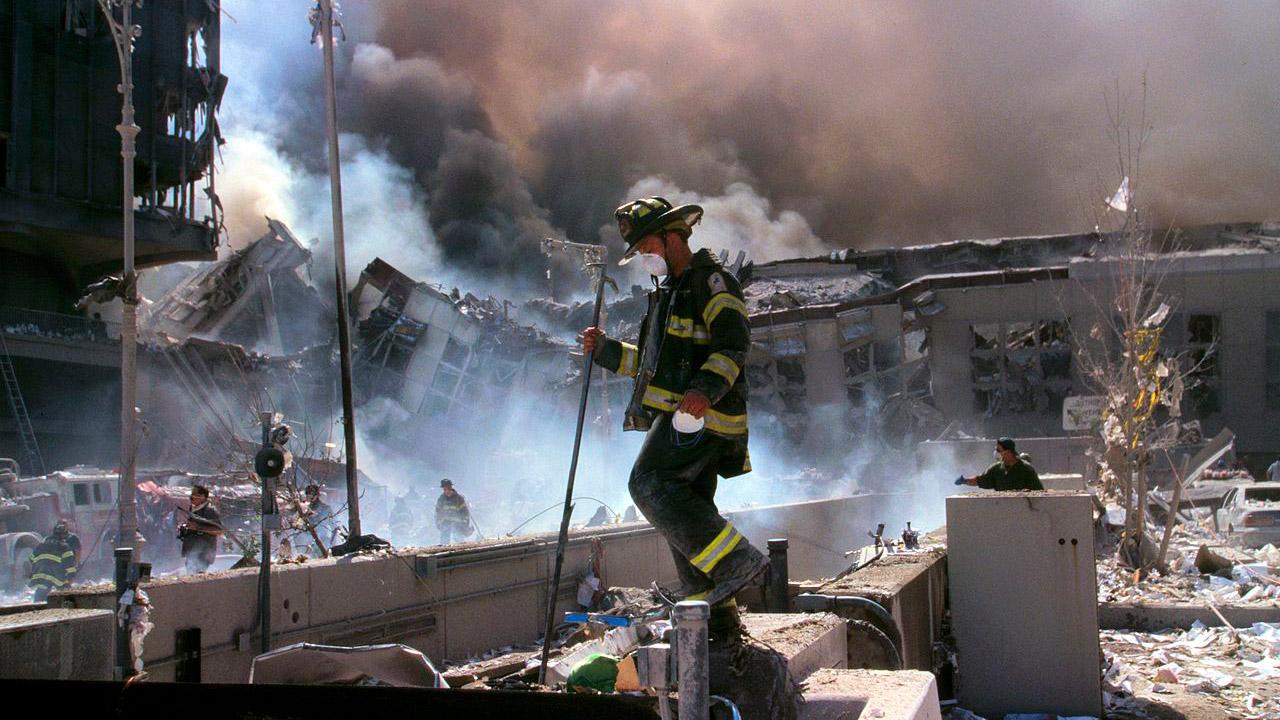 I vigili del fuoco tra le macerie fumanti dopo l'attacco terroristico dell'11 settembre