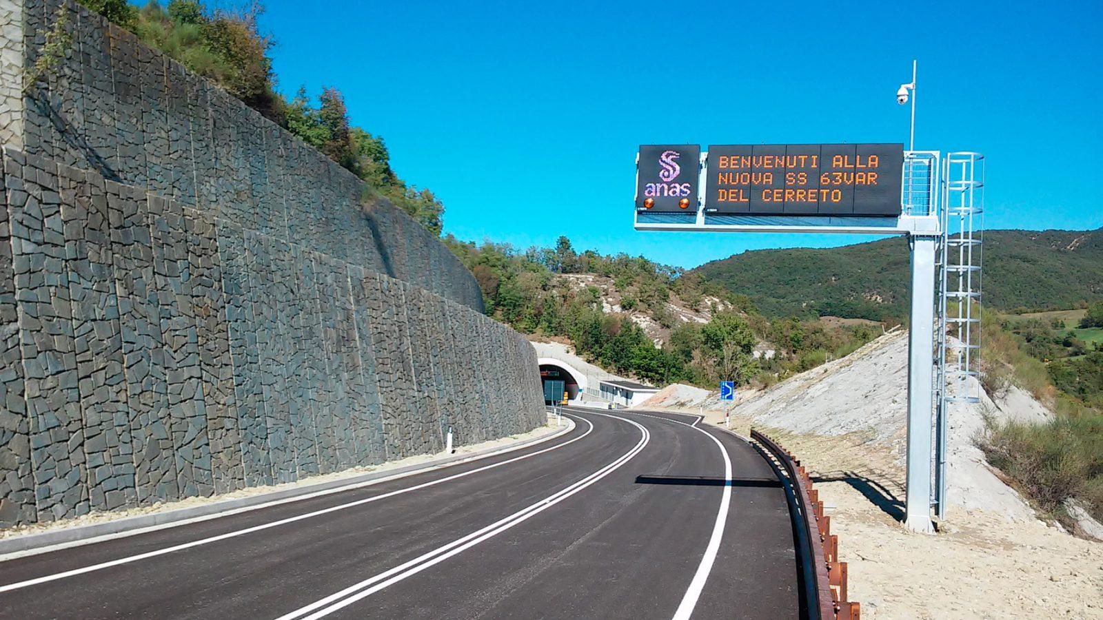 """Pannello a messaggio variabile variante alla strada statale 63 """"del Valico del Cerreto"""" a Casina, in provincia di Reggio Emilia (Archivio storico Anas)"""
