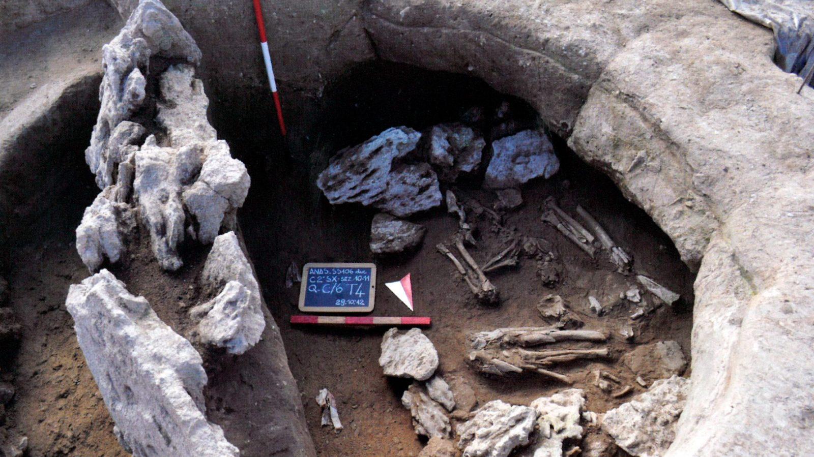 Tomba 4, la deposizione è inserita in un recinto quadrangolare di pietra (fonte: Anas, L'archeologia si fa strada. Scavi, scoperte e tesori lungo le vie d'Italia, 2017)