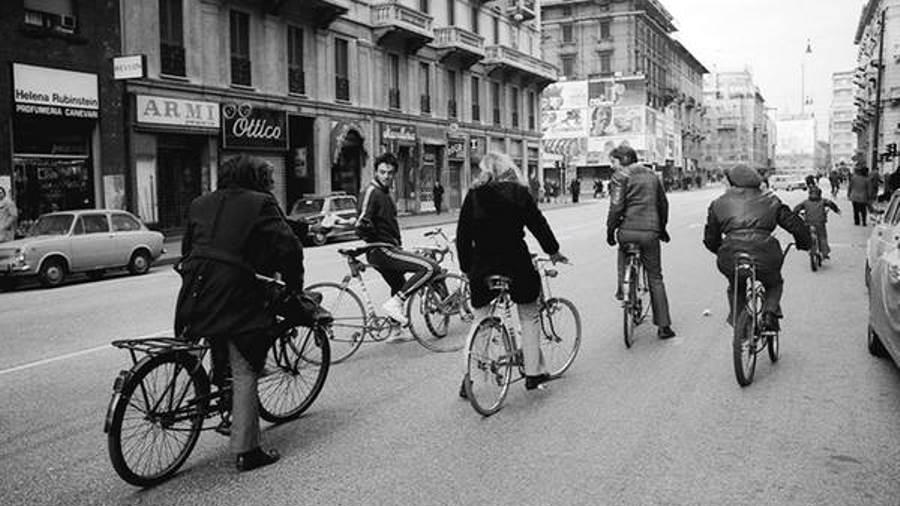 Con la crisi petrolifera, irrompono sulla scena biciclette, tandem, risciò…e non solo (fonte: Ansa)