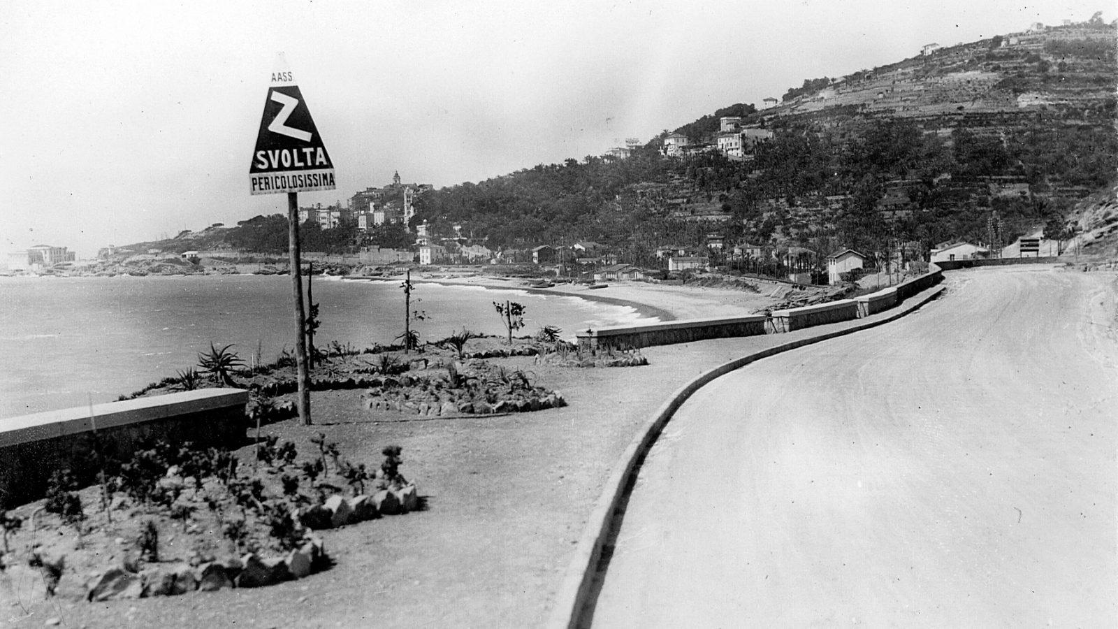 """Segnale stradale sulla strada statale 1 """"Via Aurelia"""", tratto Sanremo – confine con la Francia, 1928"""