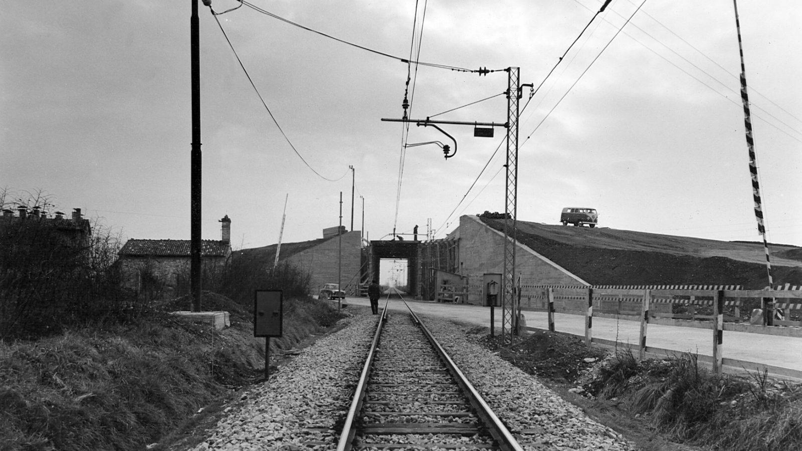 """SS75 """"Centrale Umbra"""" Santa Maria Degli Angeli, Assisi - Cavalcavia sulla ferrovia Foligno-Perugia, 1964 (Archivio storico Anas)"""