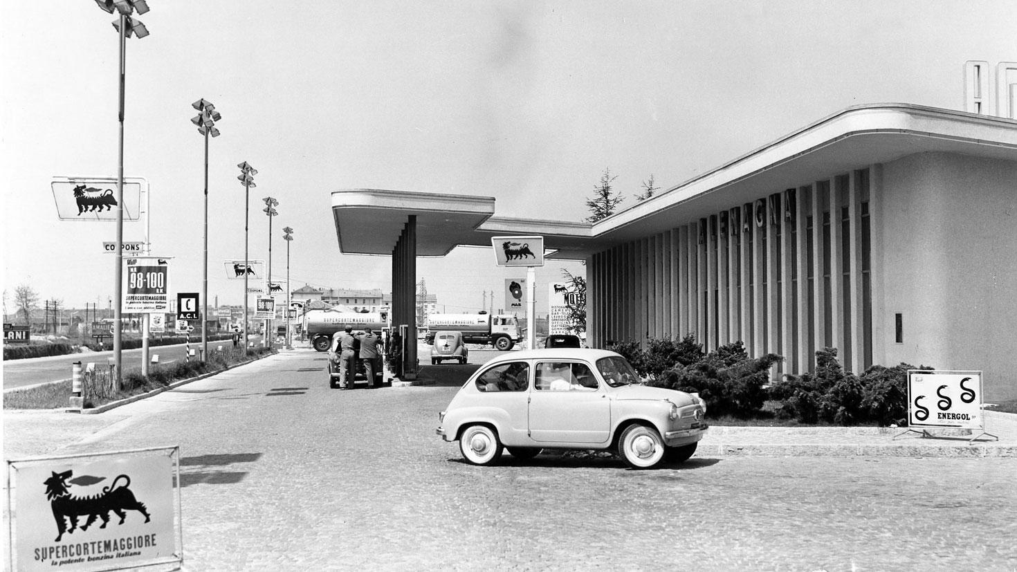 Stazione di servizio Agip, San Donato Milanese, 1958 (fonte: enistoria.eni.com)