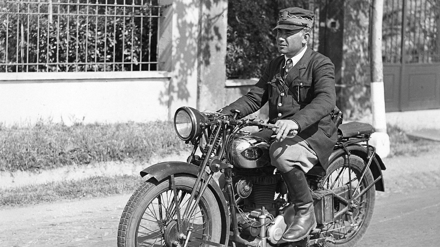 """Lazio, strada statale 2 """"Via Cassia"""", capo cantoniere AASS in moto (Archivio storico Anas)"""