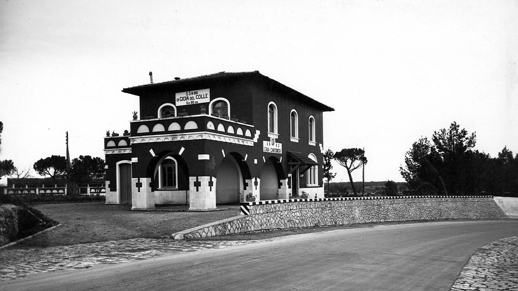 """Casa cantoniera AASS al km 50 della SS100 """"Gioia del Colle"""", Puglia (Archivio storico Anas)"""