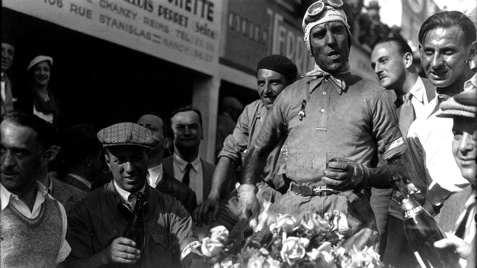 Tazio Nuvolari dopo la vittoria del Gran Premio di Francia nel 1932
