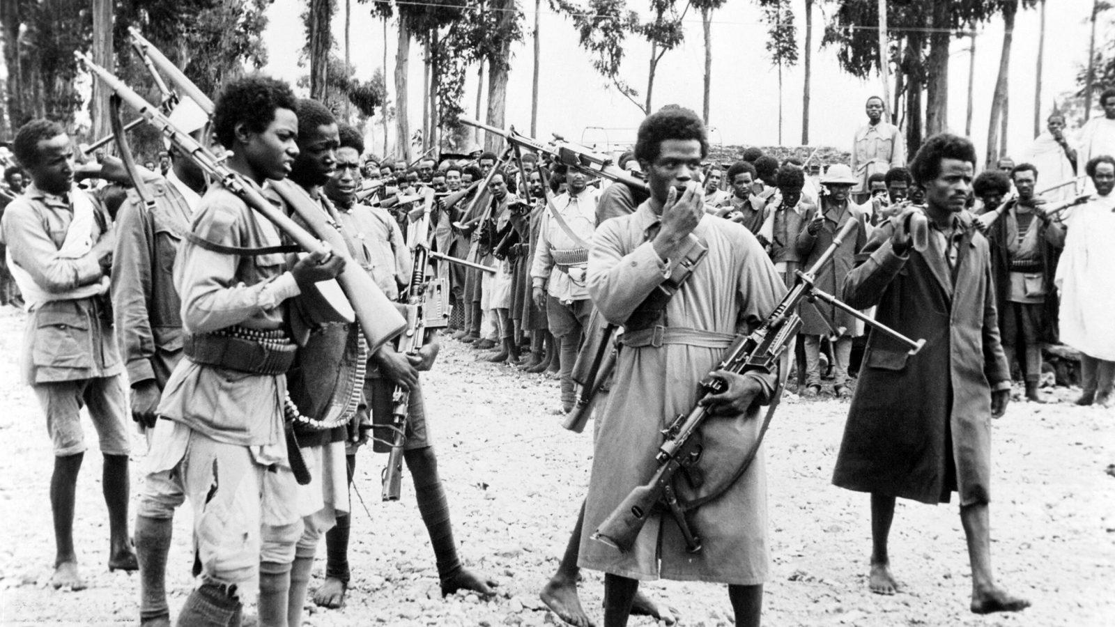 Soldati etiopi ad Addis Abeba ascoltano il proclama che annuncia il ritorno nella capitale dell'imperatore, maggio 1941
