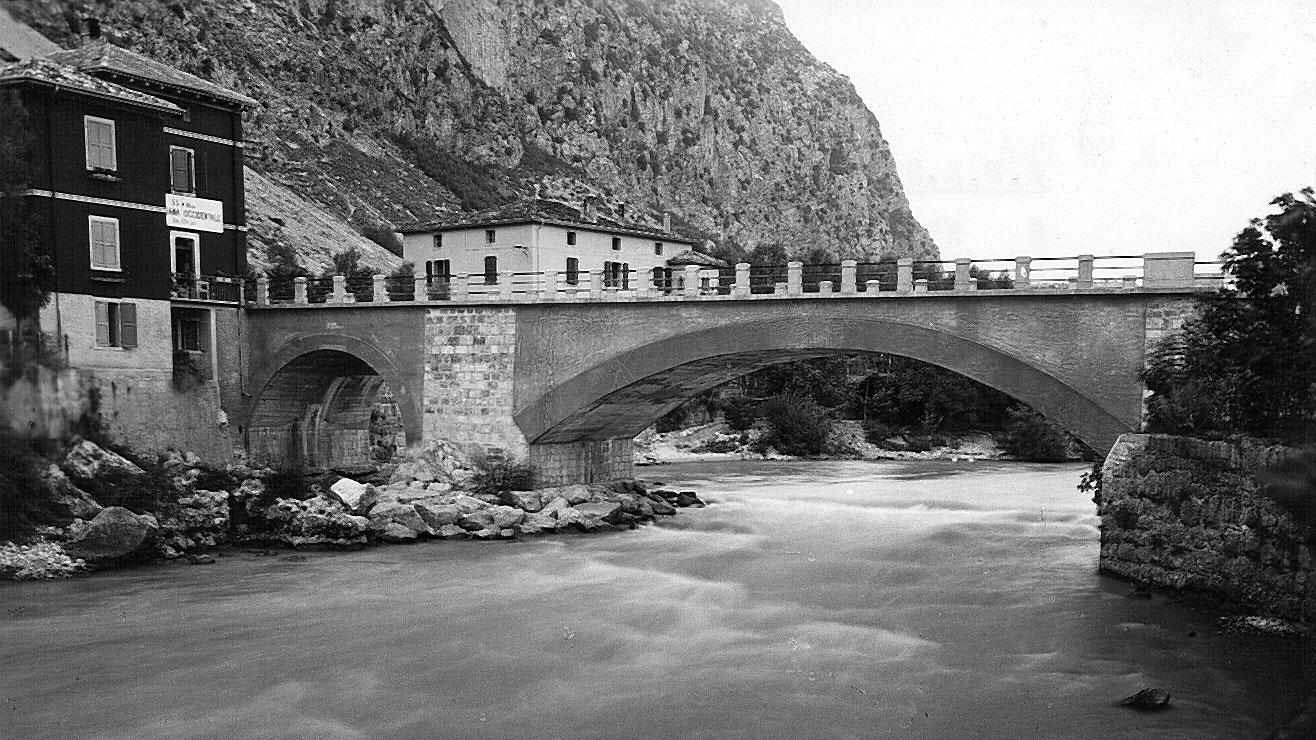 """Trentino Altro Adige, SS45 bis """"Gardesana Occidentale"""", del ponte sul Sarca ricostruito, 1946 (Archivio storico Anas)"""