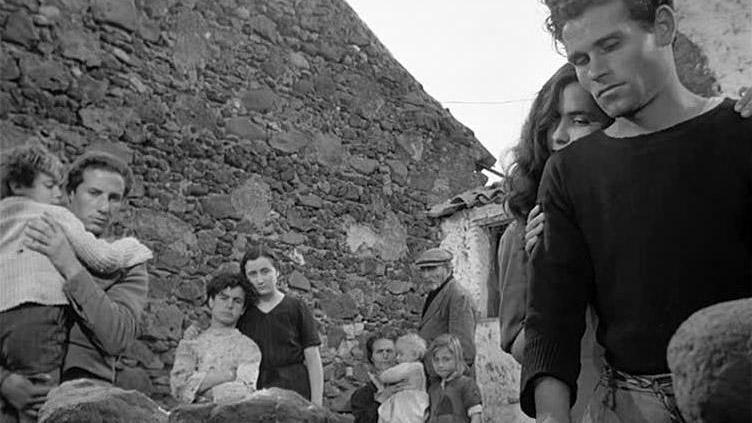 """Una scena del film """"La terra trema"""" di Luchino Visconti (1948)"""